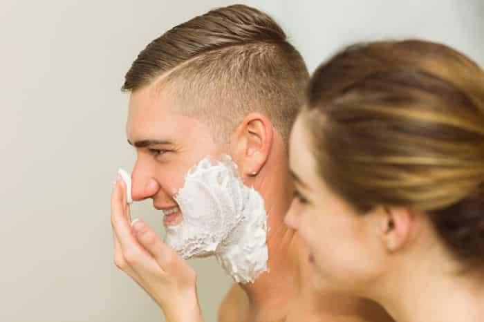mujer poniendo espuma afeitar